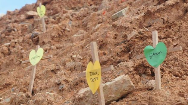 Protesto por mortes em loteamento traz cruzes com corações inscritos com nomes de idosos que morreram