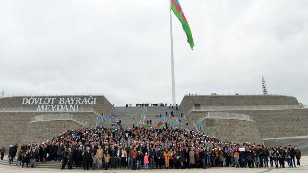 Куда он делся: Азербайджан празднует День национального флага… без флага на площади его имени