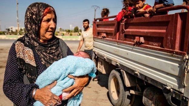 kucağında bebekle bir kürt kadın