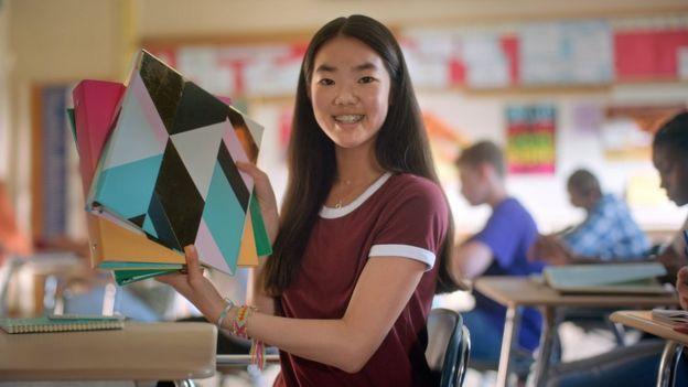 Una niña muestra su carpeta en el anuncio de Sandy Hook Promise.