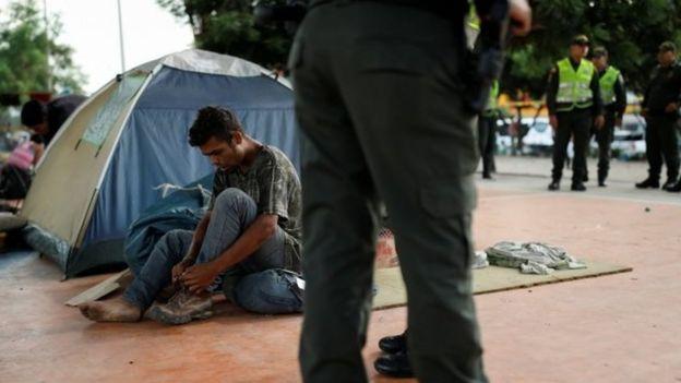 Un migrante venezolano instaló una carpa en un espacio público en Cúcuta.