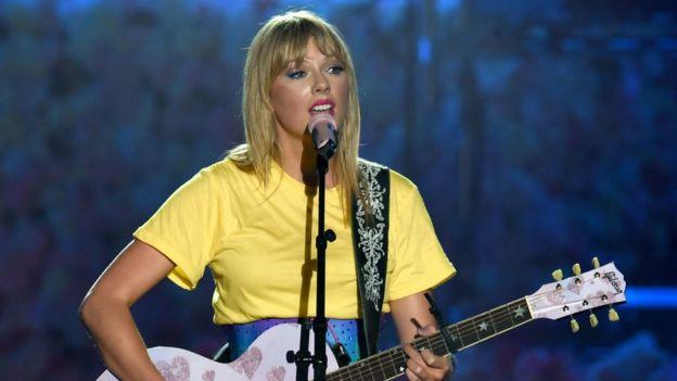 Taylor Swift durante una actuación reciente en California.