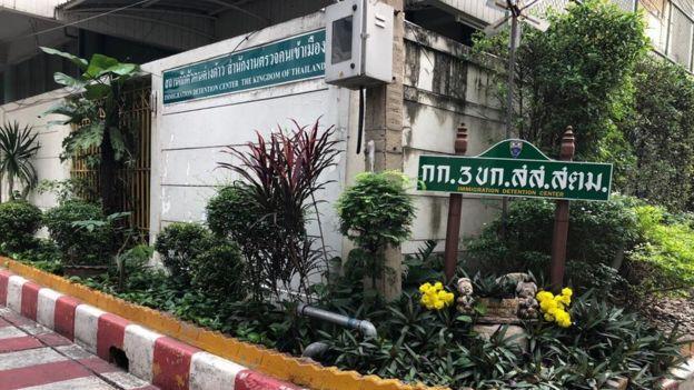 """Lối vào IDC, đề dòng chữ """"Xin chào mừng"""" bằng tiếng Thái"""