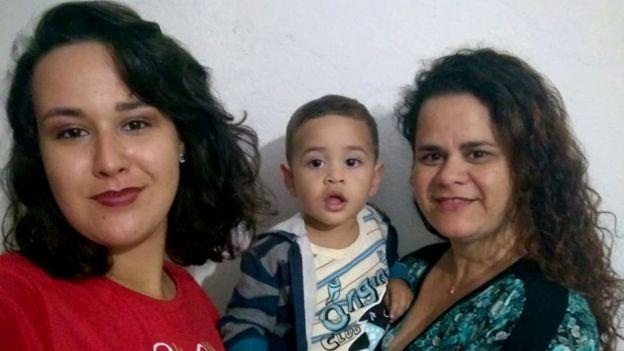Kamilly junto com a mãe e o irmão