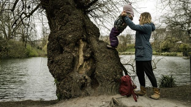 Мать и дочь в парке в Копенгагене