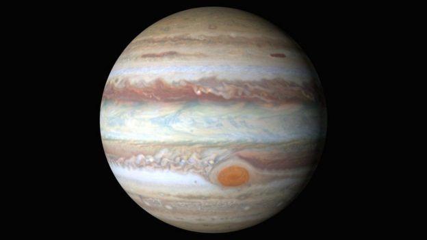 La Gran Mancha Roja de Júpiter (abajo) es una tormenta que ruge desde hace más de 150 años en el planeta.