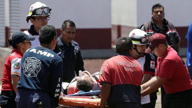 Equipos de emergencia trasladan a los heridos durante la explosión.