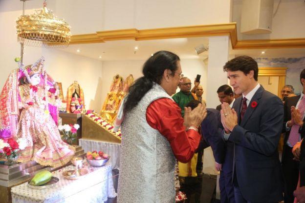 """زار رئيس الوزراء الكندي جاستن ترودو معبد """"فيشنو ماندير"""" الهندوسي خلال مهرجان ديوالي في 6 نوفمبر/تشرين الثاني، 2018 في ريتشموند هيل، أونتاريو ، كندا."""