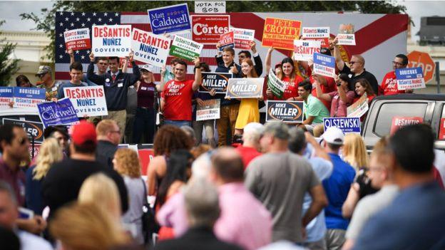Pancartas con hombres de candidatos hombres.