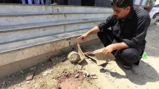 Seorang pegawai asrama menunjukkan jejak pembunuhan Marshal Khan yang melibatkan puluhan orang.
