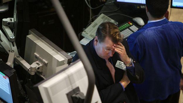 Un corredor de bolsa en Wall Street preocupado por el estado financiero en 2008