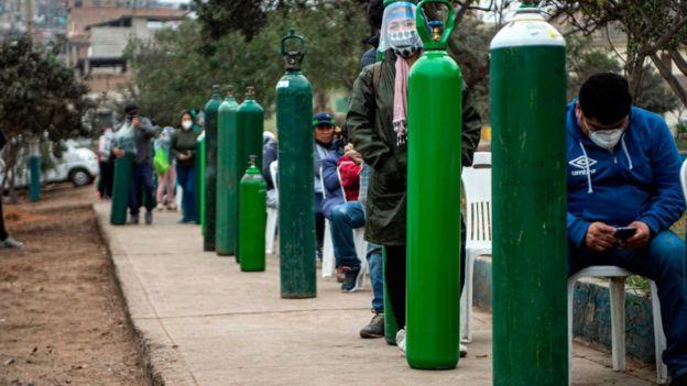 Gente haciendo cola en Lima para llenar sus tanques de oxígeno.