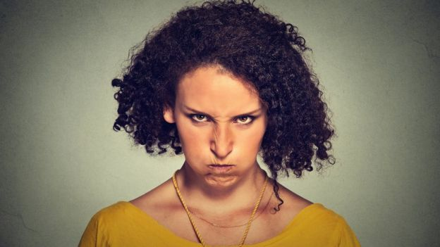 Mujer con cara de enojada.