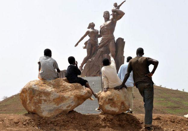 Tượng đài ở Senegal