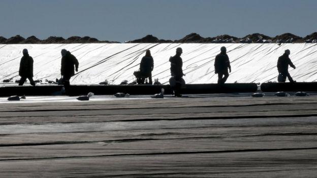 Trabajadores en el Salar de Uyuni