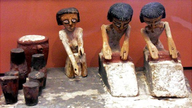 Figurines encontrados en tumbas egipcias en los que se ve como hacían pan.