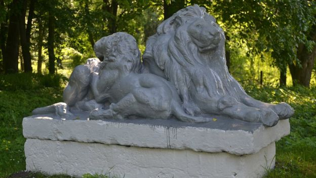 Пам'ятник левиці з левеням