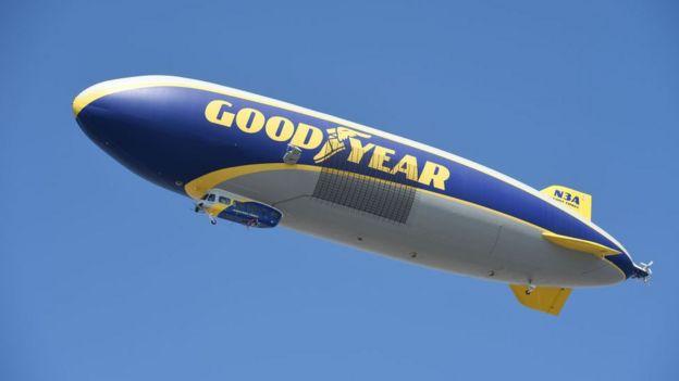 Dirigible publicitando a la marca de neumáticos Goodyear.