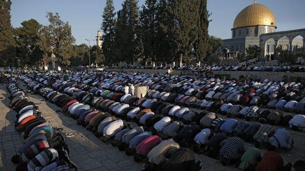Palestinos musulmanes rezan frente a la mezquita de Al Aqsa en la ciudad vieja de Jerusalén, el tercer sitio más sagrado del islam.