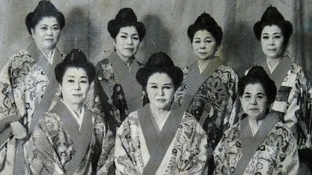 Yoko Gushiken (no alto, à direita) com seu grupo de professoras de dança