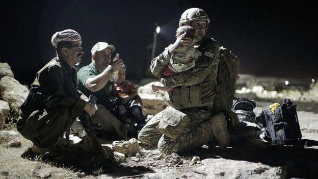 Médico do Exército dos EUA segura bebê