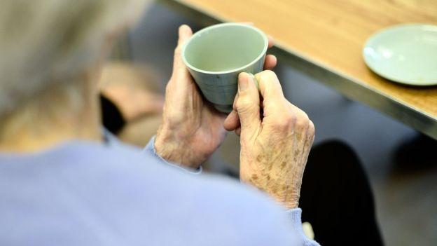 Anciana sosteniendo una taza de té