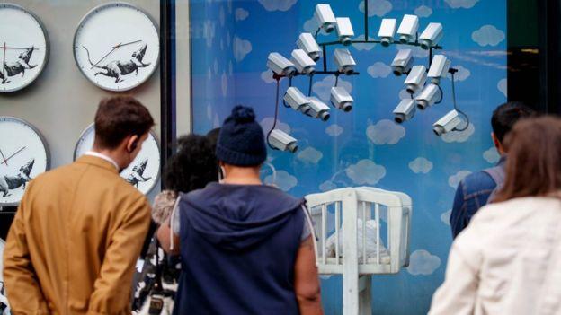 Çok sayıda güvenlik kamerasının izlediği beşik, dükkandaki 'ürünler' arasında yer alıyor