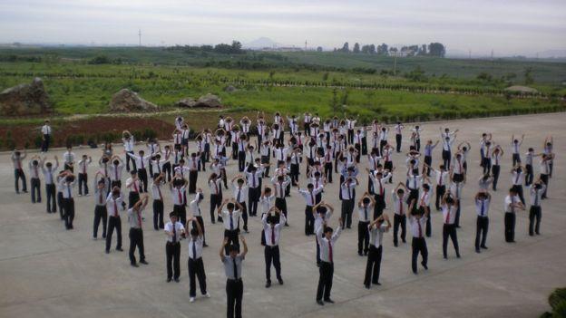 📷 Os estudantes fazem exercícios físicos em grupo | Suki Kim