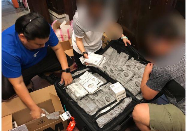 目前防毒用品在香港各地皆缺貨,不少「螞蟻」紛紛透過聯繫來台裝貨。。