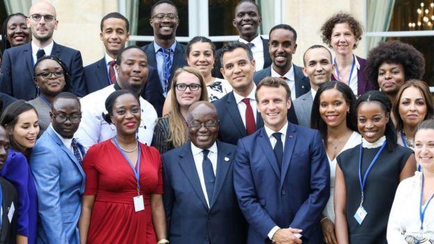 Le président français Emmanuel Macron et président du Ghana, Nana Akufo-Addo, avec les 30 jeunes leaders de la French-African Foundation.