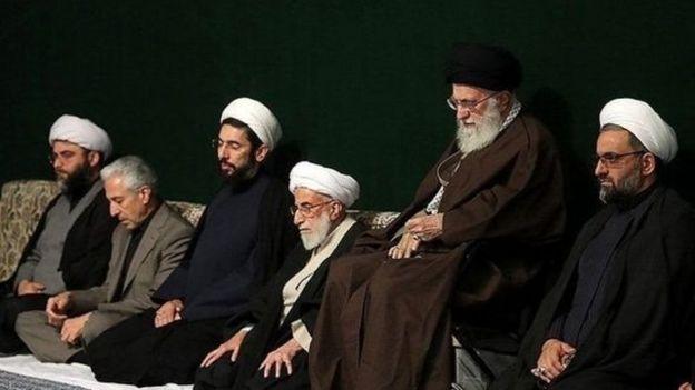 از راست: حسینعلی سعدی، آیتالله علی خامنهای، احمد جنتی، مصطفی رستمی، منصور غلامی (وزیر علوم) و محمد قمی