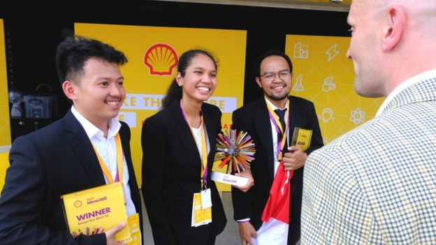 Brauer (kanan) memberikan selamat kepada tim dari Indonesia | Sumber: BBC Indonesia