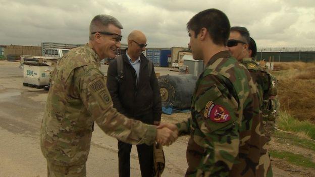 General Nicholson Afgan komandosuyla el sıkışırken
