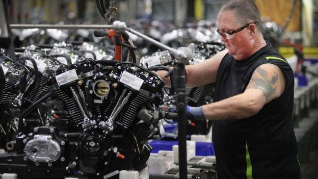 Trabajador ensambla el motor de una Harley-Davidson.