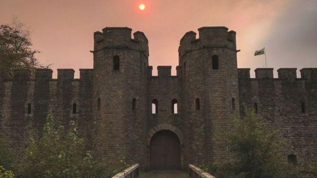 Над замком Кардиффа солнце и небо тоже приобрели оранжевый окрас