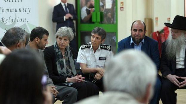 تيريزا ماي اجتمعت مع قادة الديانات في مسجد فينسبري بارك شمالي لندن