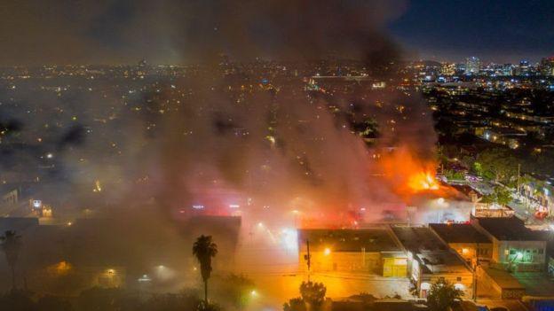 Дым горящих магазинов в Лос-Анджелесе