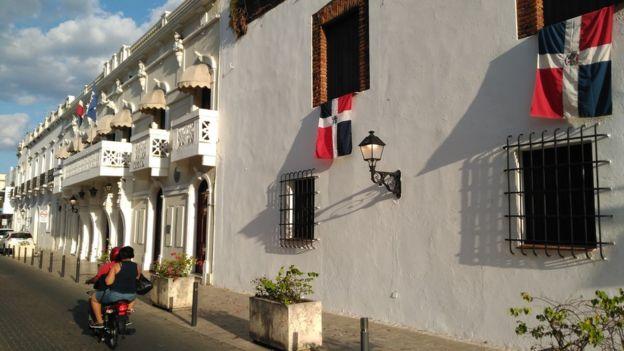 Calles de Santo Domingo con banderas dominicanas