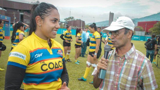 Isabel Romero jugadora de rugby en una entrevista radial.