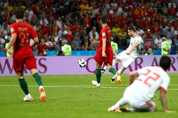 Hermosa la técnica con la que le pega Nacho para marcar el tercer gol de España.