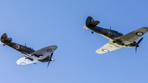 英国皇家空军派出两架飞机飞越摩尔上校家的上空向他致敬;