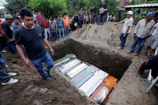 Enterro de 11 pessoas mortas após terremoto no México