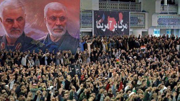 Ribuan orang meneriakkan nama Soleimani yang meninggal akibat drone Amerika Serikat.