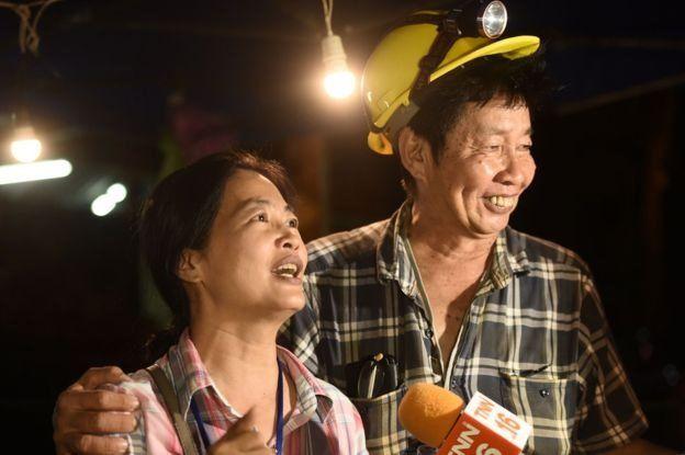 Un hombre y una mujer muestran profunda alegría y alivio cuando los niños fueron hallados con vida