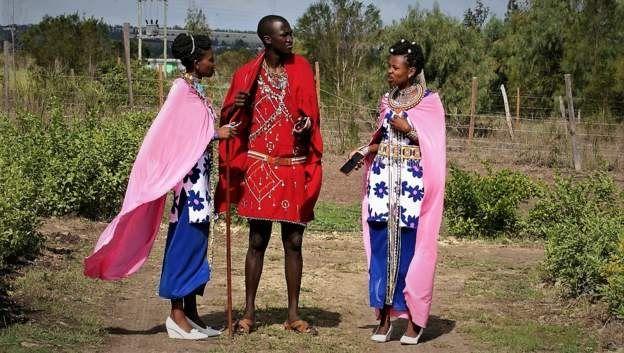 Tom Junior Mako, 27 ans, a épousé ses deux femmes lors de la même cérémonie