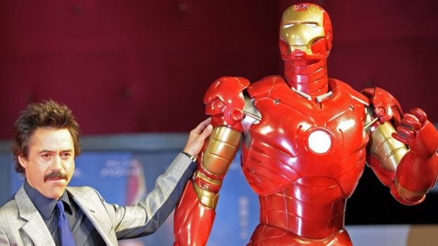 Robert Downey Jr. con un modelo de Iron Man
