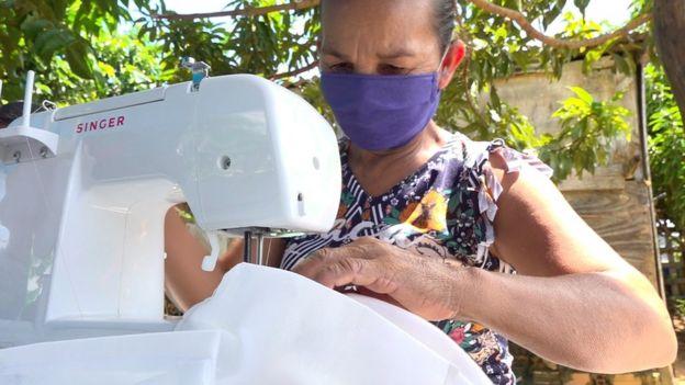 Una mujer cose en su máquina
