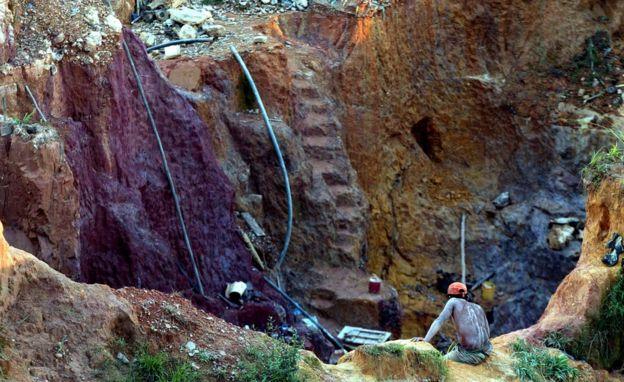 Mina ilegal de oro en Venezuela.