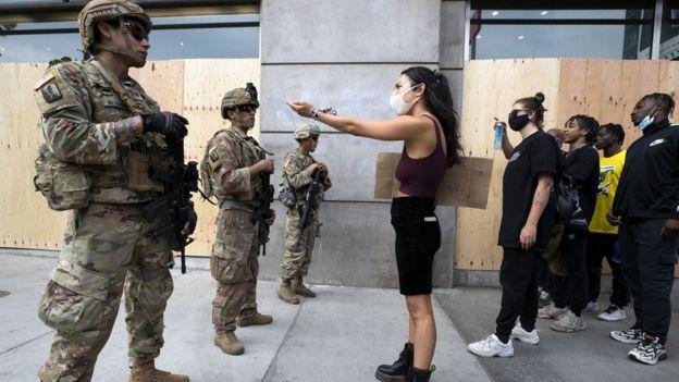 Manifestantes conversam com a Guarda Nacional durante uma marcha em resposta à morte de George Floyd em 2 de junho de 2020 em Los Angeles, Califórnia.
