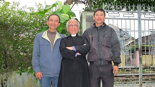 Ông Nguyễn Trung Trực (phải) trong một lần tiếp xúc với Linh mục Phê-rô Phan Văn Lợi